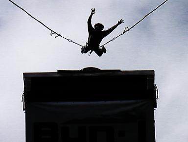 saut à l'élastique retenu par deux élastiques