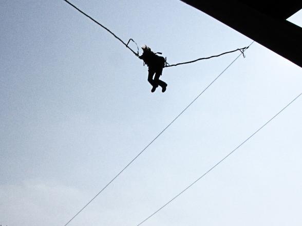 saut à l'élastique en trampoline