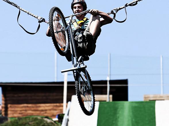 saut à l'élastique sur tremplin en vélo