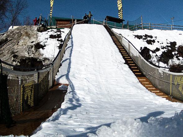 tremplin de saut à l'élastique sur neige