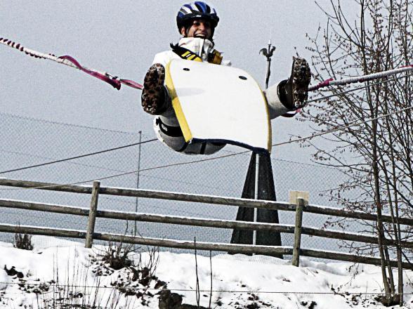 saut elastique sur tremplin luge d'hiver
