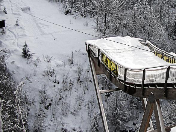 Tremplin de saut à l'élastique en hiver